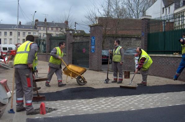 """Dans l'agglomération de Rouen, le chantier de construction du réseau de bus """" Transport Est Ouest """" a généré 65 contrats d'insertions en 3 ans © Photo CREA"""